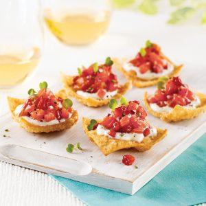 Bouchées croustillantes au tartare de saumon, fraises et fromage de chèvre
