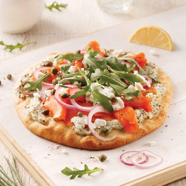 Pizza au saumon fumé, roquette et câpres