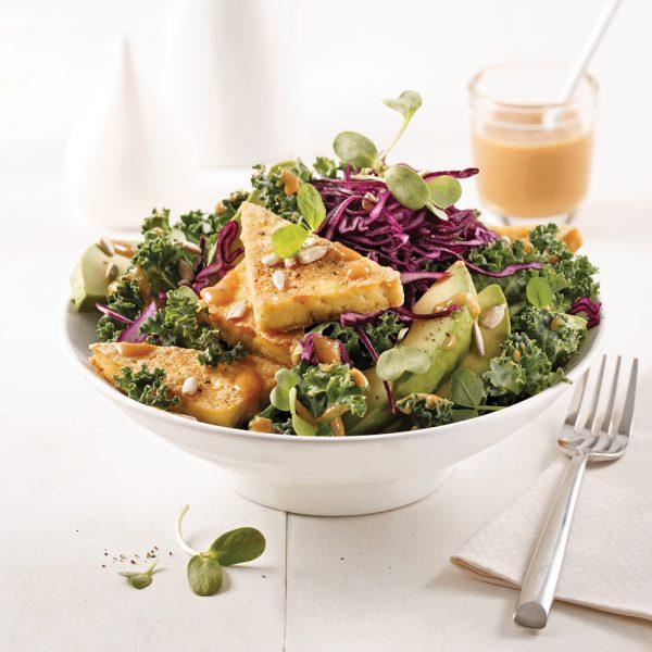 Salade de chou kale et tofu grillé