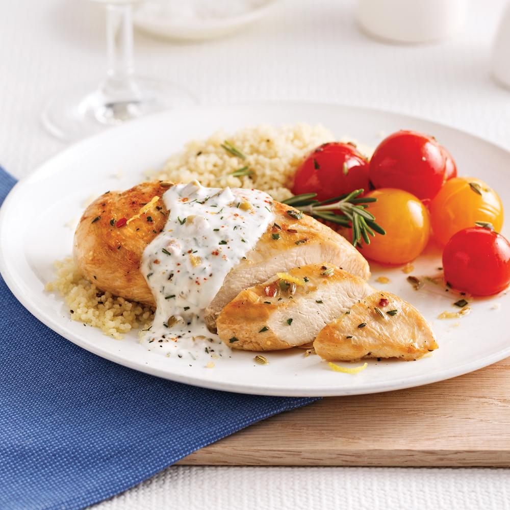 Poitrines de poulet à la méditerranéenne et tomates rôties au romarin