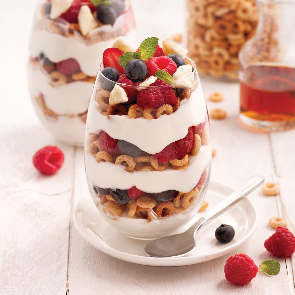Parfait aux céréales, yogourt et fruits
