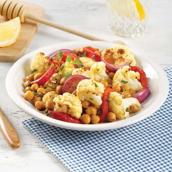 Salade tiède de chou-fleur, poivrons rôtis et pois chiches