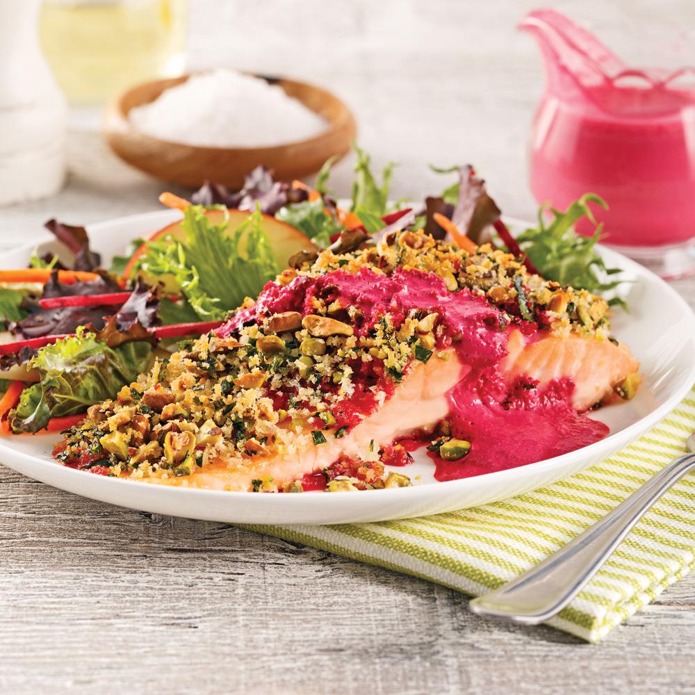 Filet de saumon en croûte de pistaches, sauce yogourt et betterave