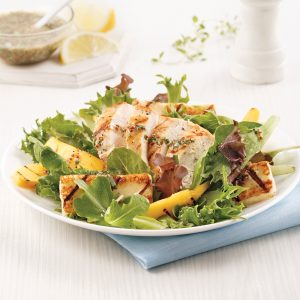Salade de poulet, mangue et halloumi grillé