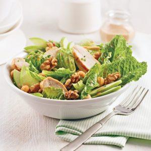 Salade de coeurs de romaine, poulet et noix, vinaigrette à l'érable