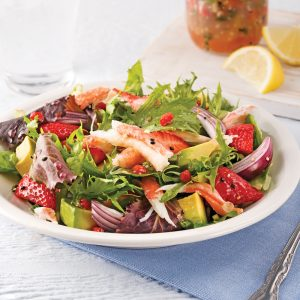 Salade de crabe, avocats et fraises