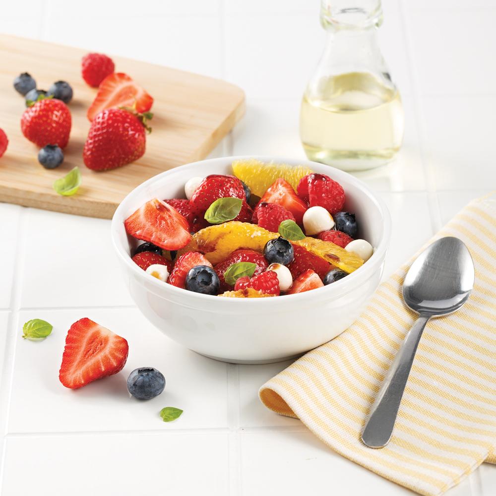 Salade de fruits au basilic et bocconcinis
