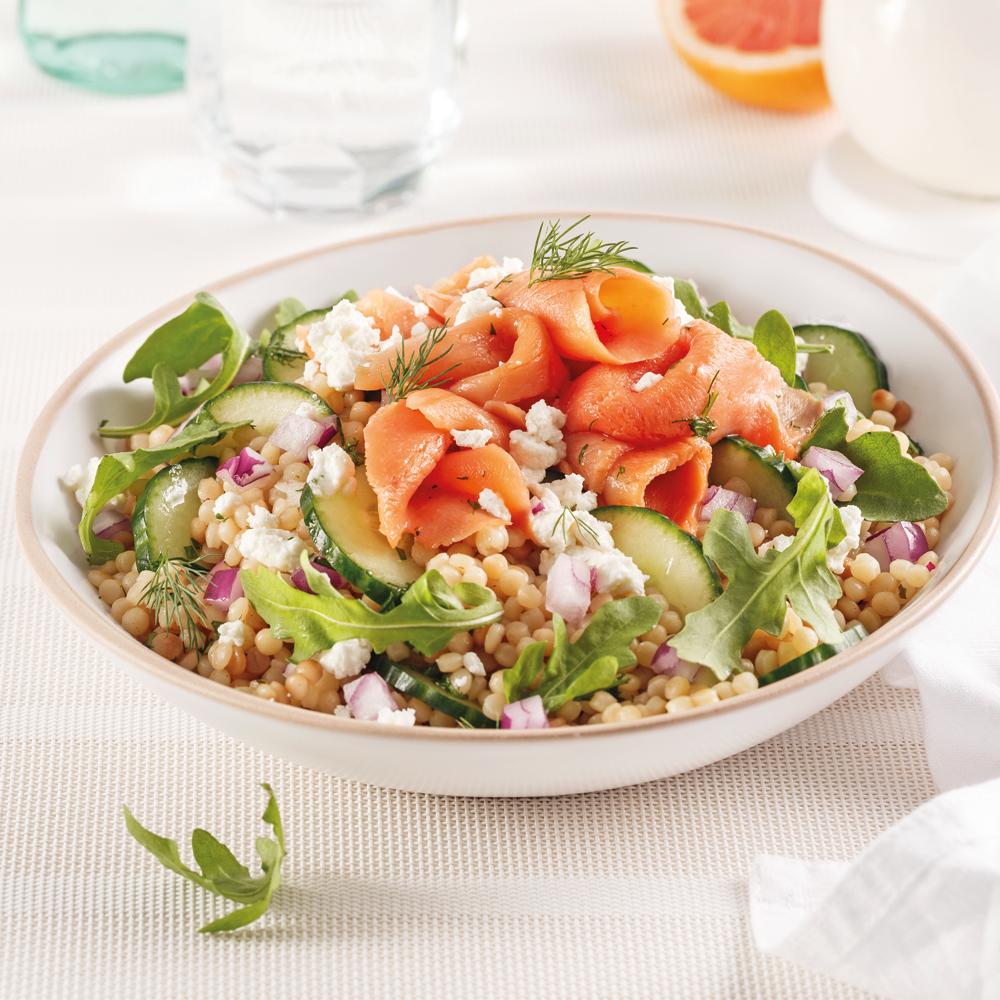 Salade de couscous perlé au saumon fumé, roquette et fromage de chèvre
