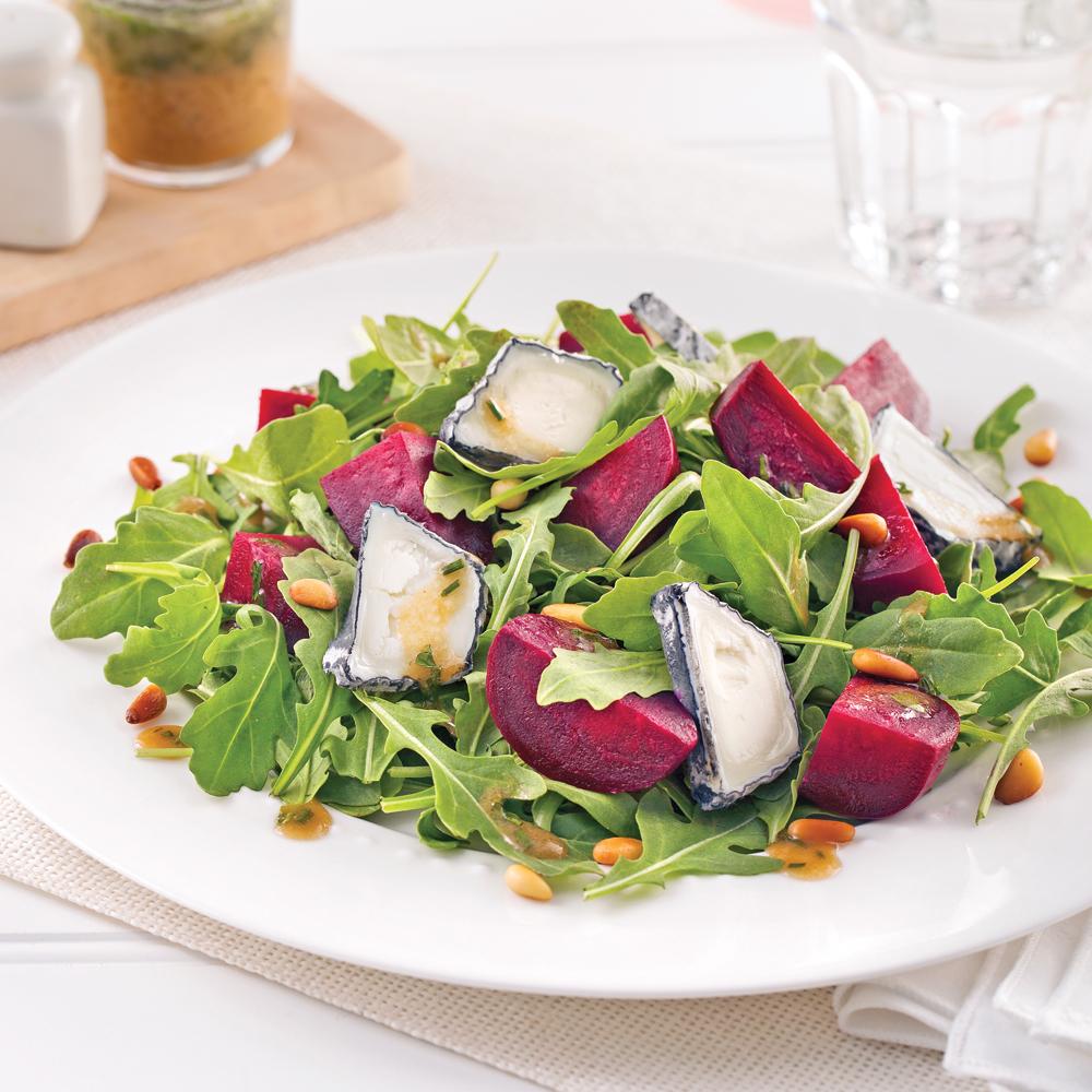 Salade de betteraves, chèvre et noix de pin