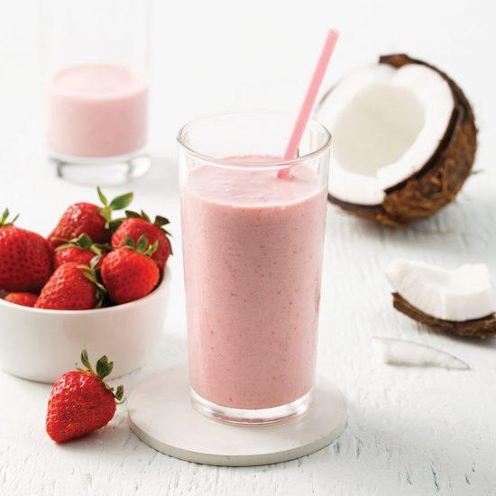 Smoothie fraises, bananes et lait de coco