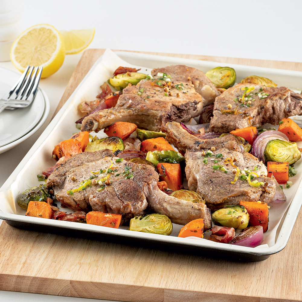 Côtelettes de porc, choux de Bruxelles et pancetta sur la plaque
