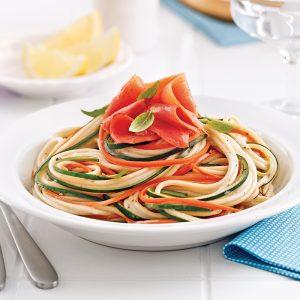Spaghettis au saumon fumé, julienne de légumes et sauce à l'aneth