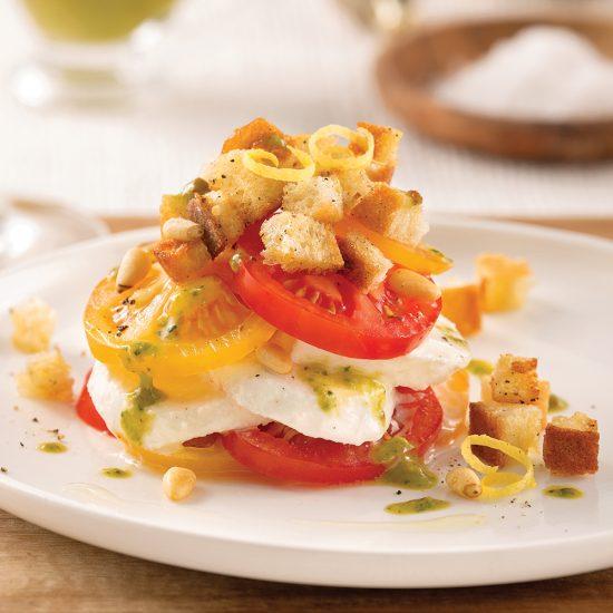 Salade de tomates, croûtons et mozzarella di bufala