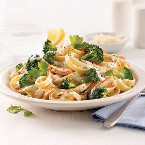 Fettucines au poulet et brocoli, sauce Alfredo au chou-fleur