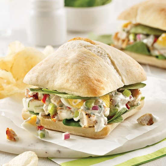 Sandwich ciabatta au poulet, oeufs et tomates séchées