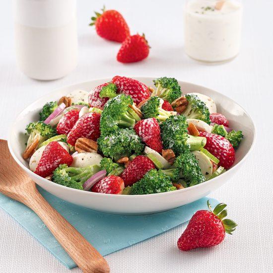 Salade de brocoli et fraises, sauce crémeuse