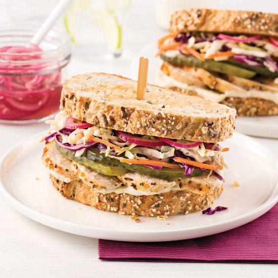 Sandwich au poulet grillé, aïoli et oignon mariné