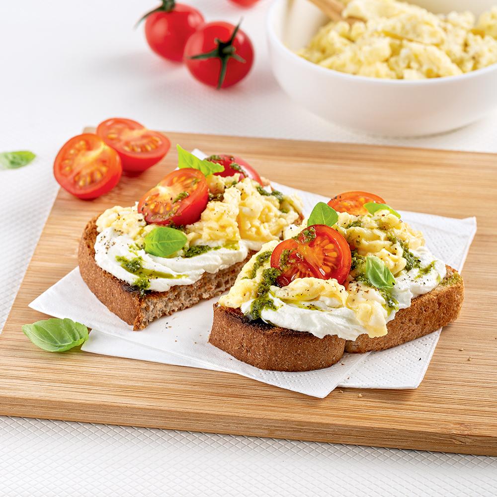 Tartine aux oeufs, tomates et pesto