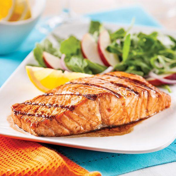 Pavés de saumon marinés, salade de pommes et roquette