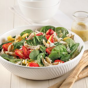 Salade de riz, épinards, dinde et fraises