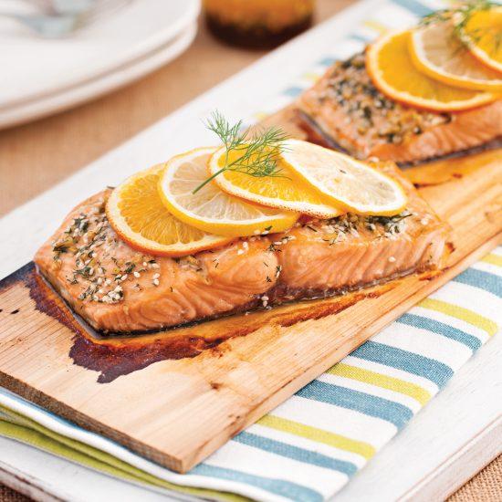 La cuisson du poisson sur planche de cèdre