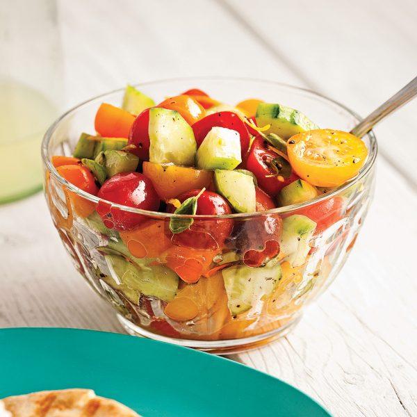 Salade de concombre et tomates colorées