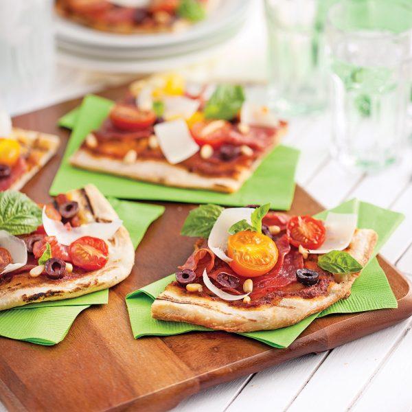Pizza au salami et tomates du jardin