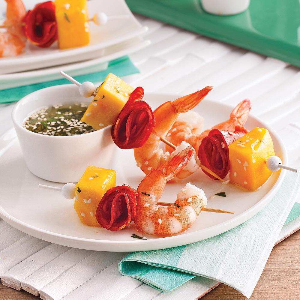 Mini-brochettes aux crevettes, mangue et chorizo
