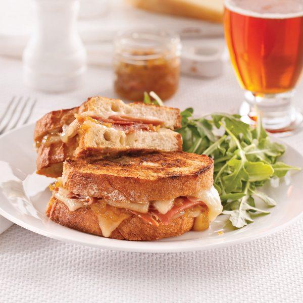Sandwich charlevoisien grillé au fromage La Belle Brune de Charlevoix, aux oignons caramélisés et à la bière La Vache Folle