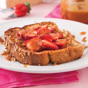 Pain doré croquant aux fraises et caramel au beurre salé