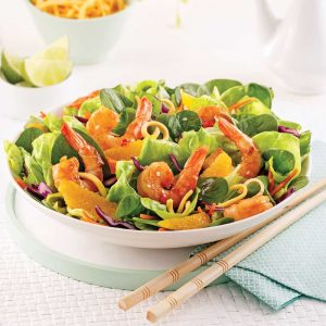 Salade asiatique aux crevettes et nouilles frites