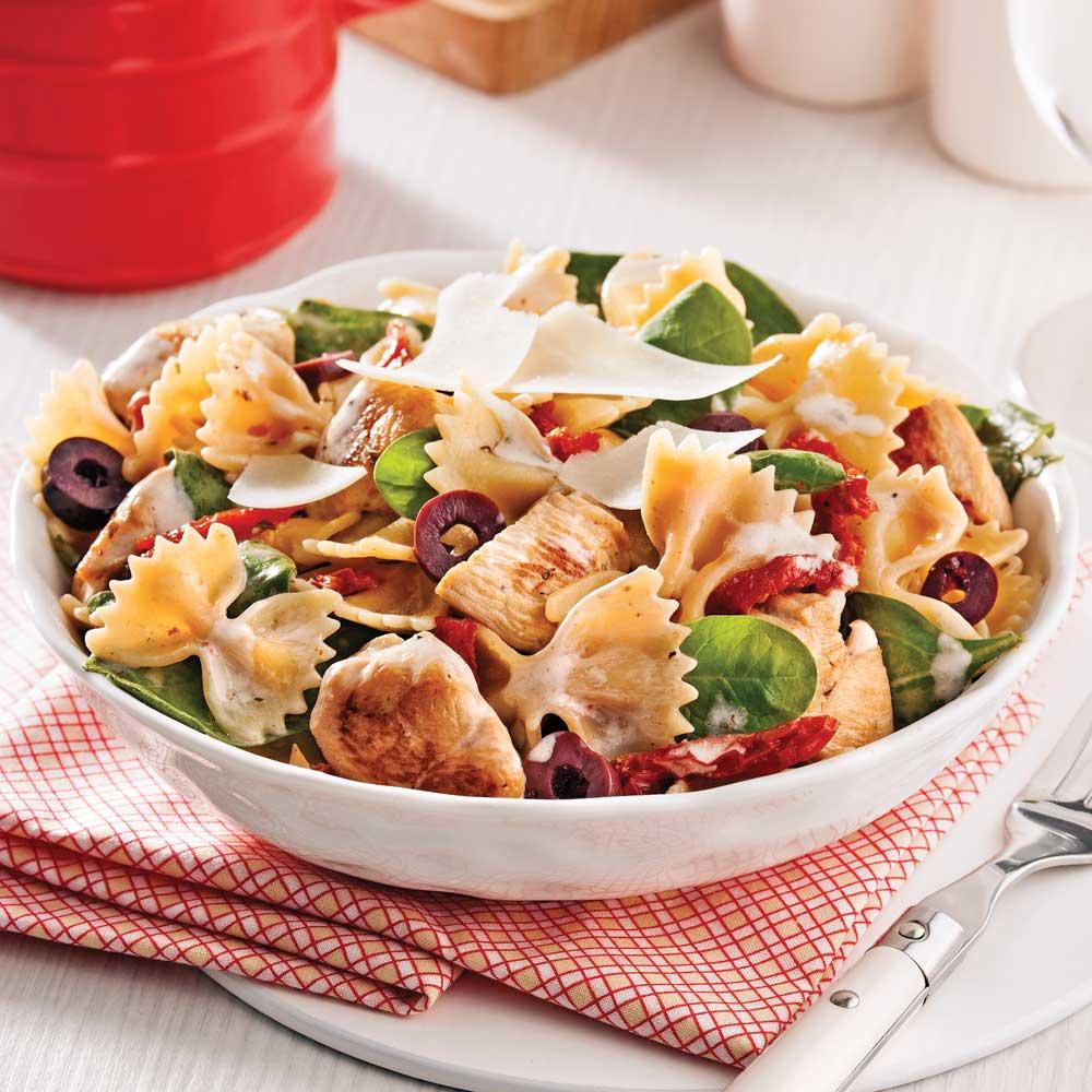 Salade tiède de farfalles au poulet et tomates séchées