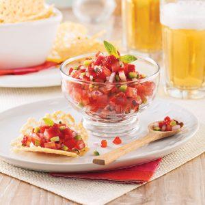 Tuiles de parmesan à la ciboulette et salsa fraise-tomate