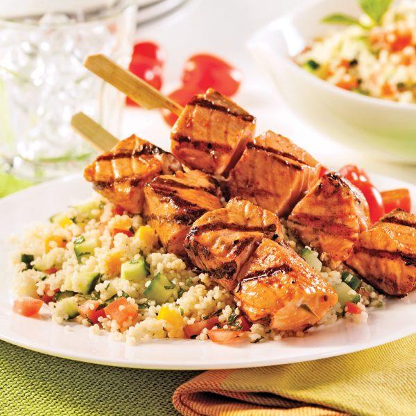 Brochettes de saumon et salade de couscous à la pêche