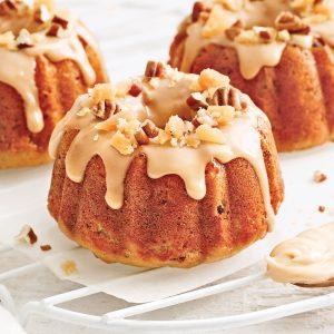 Mini-gâteaux bundt à l'orange, canneberges et coulis d'érable
