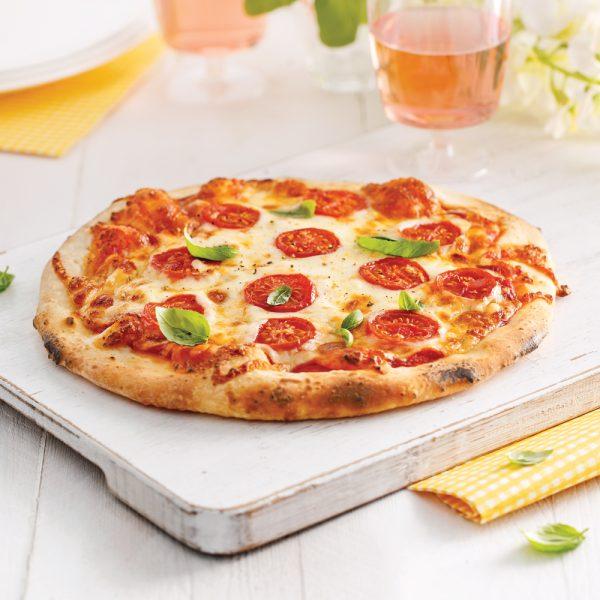 Pizza margarita sur feu de bois