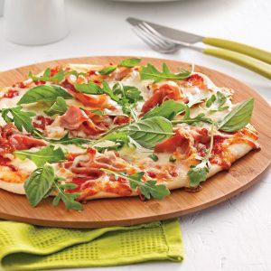 Pizza margarita au prosciutto et roquette