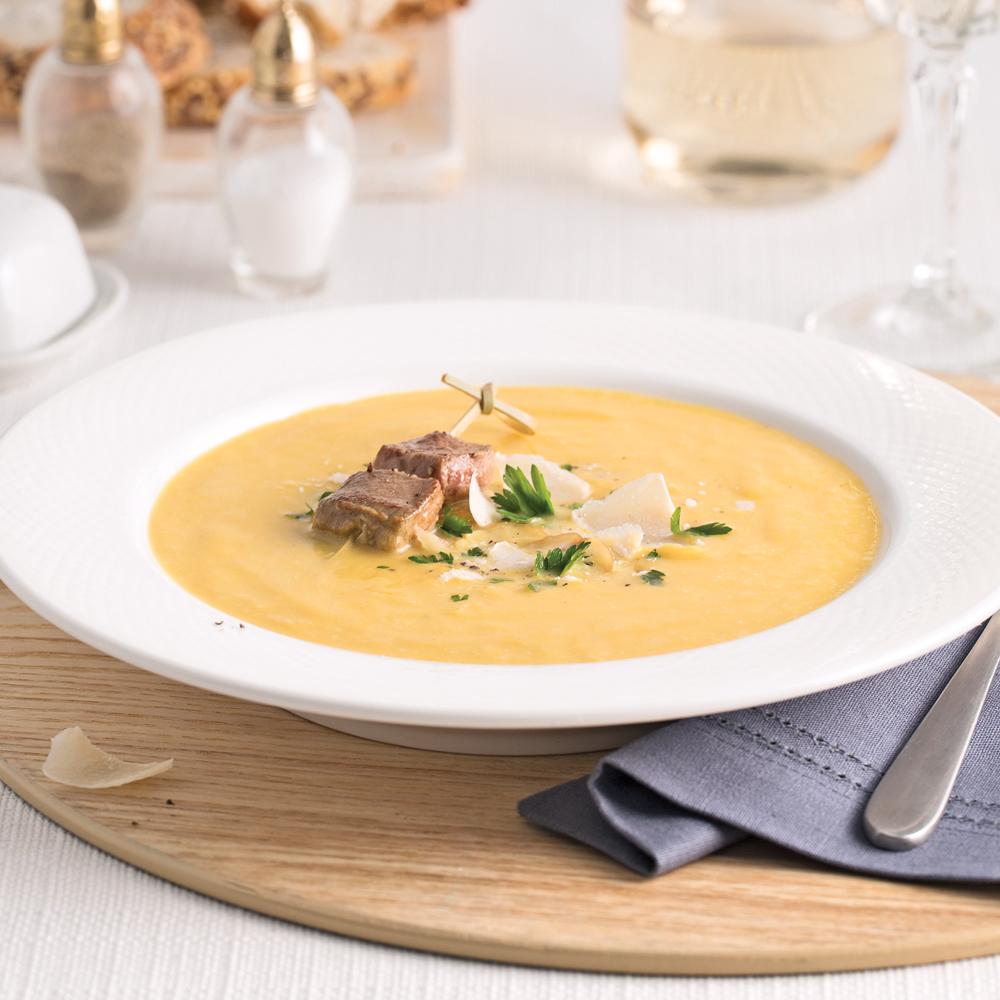 Soupe crémeuse de potimarron et érable, lardons de foie gras en brochette