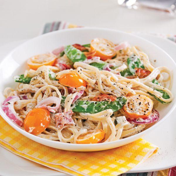 Linguines style carbonara aux tomates, pois mange-tout et tzatziki