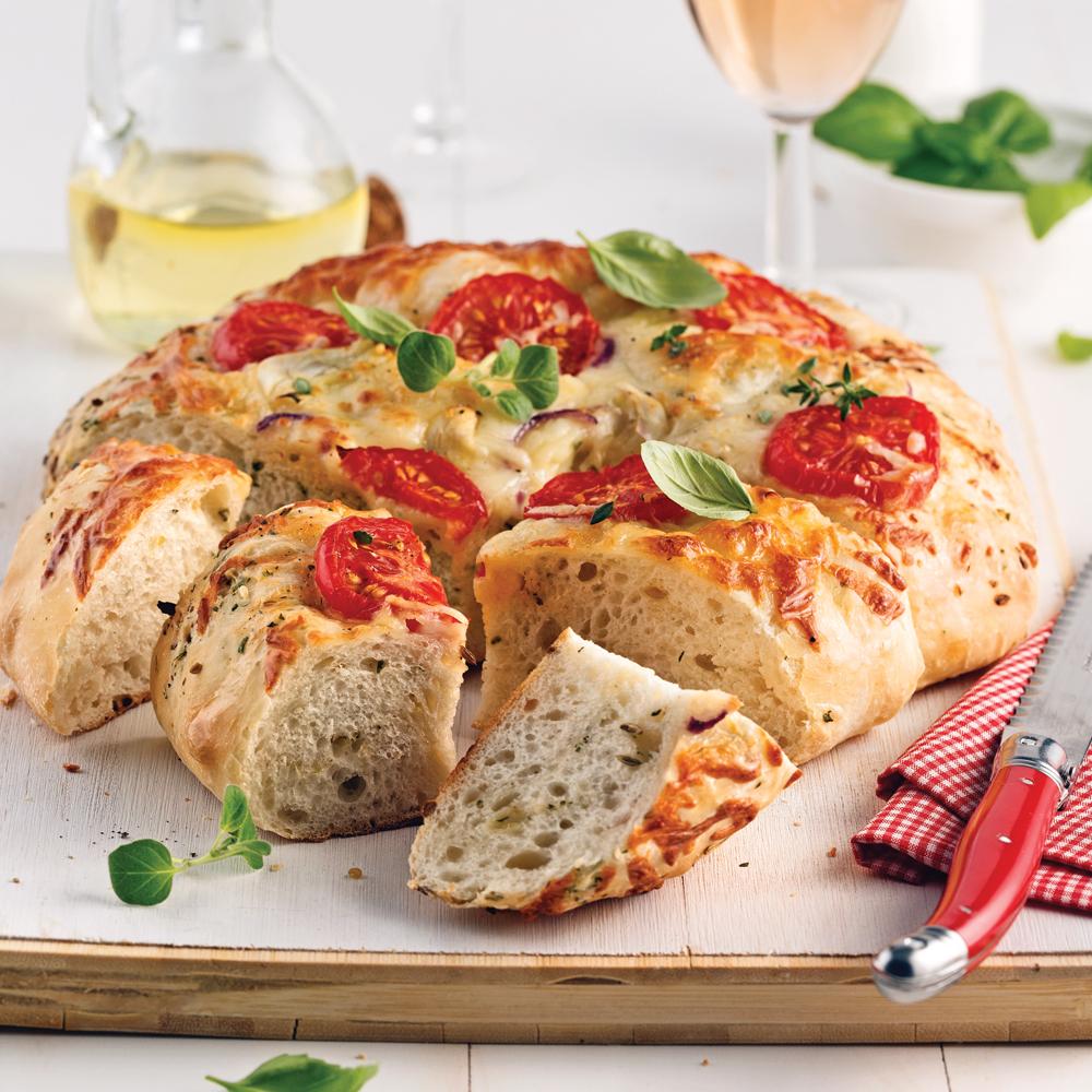 Focaccia tomates, oignon rouge, fromage et épices