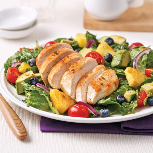 Salade-repas au poulet, ananas, bleuets et légumes