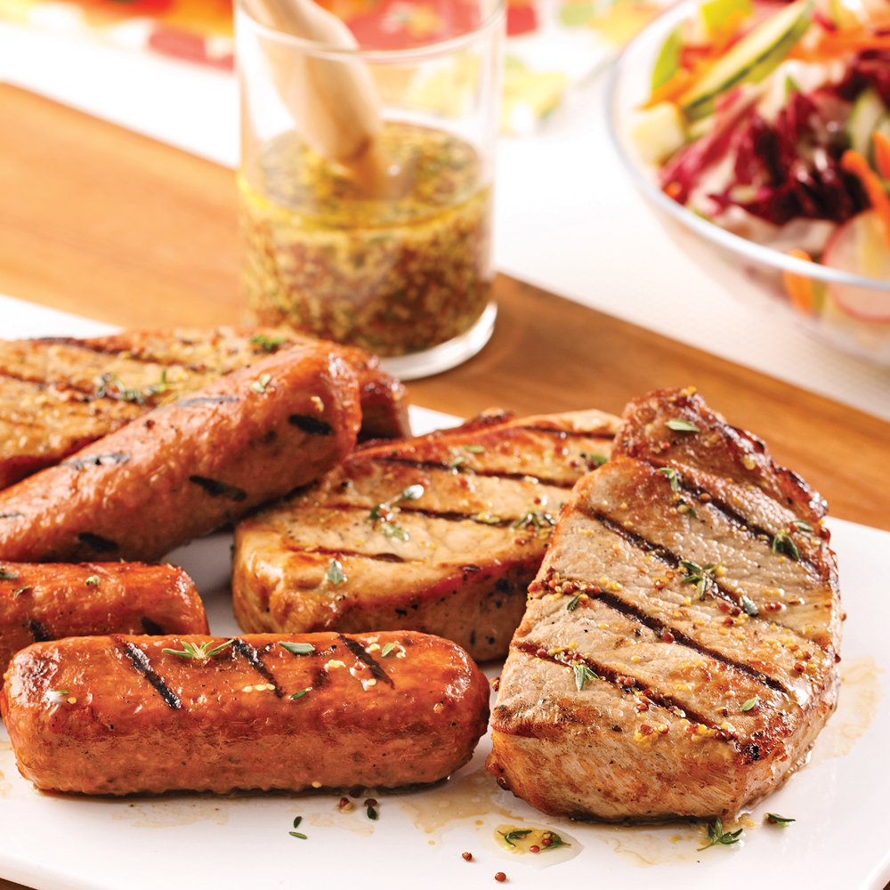 Festin de saucisses et côtelettes de porc marinées à la bière