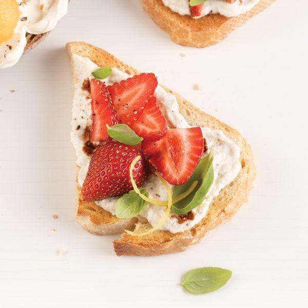 Tartine à la ricotta, fraises et basilic