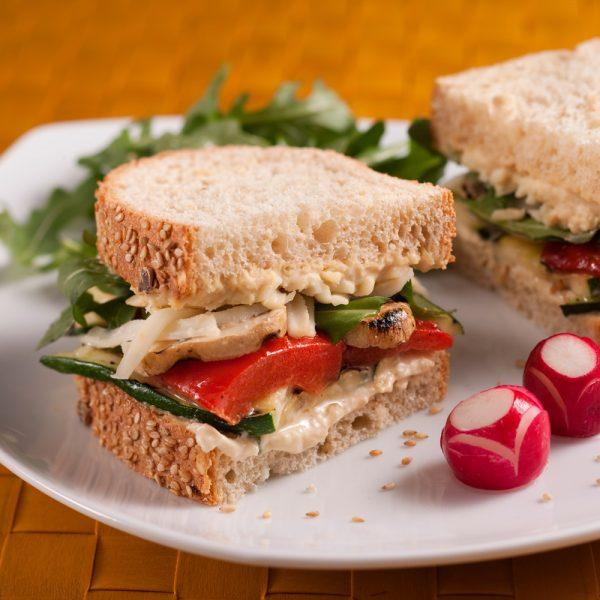 Sandwichs végés aux légumes et houmous