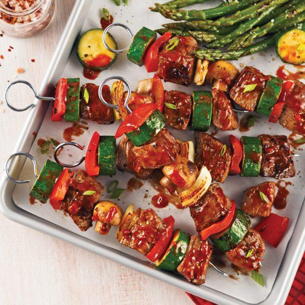 Brochettes de boeuf et légumes, sauce barbecue