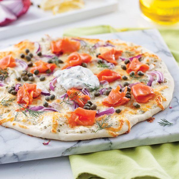 Pizza au saumon fumé, câpres et crème sure parfumée