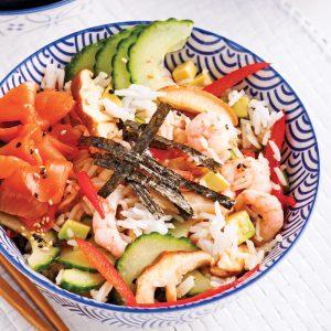 Salade de sushi aux crevettes et saumon fumé