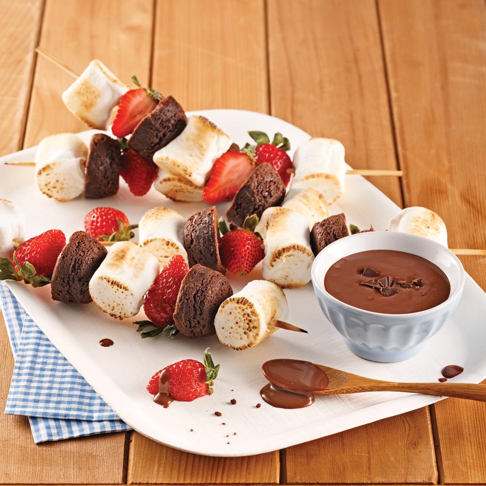 Brochettes de brownies, guimauves et fraises