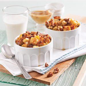 Pouding au pain et pommes, sauce caramel aux pacanes à la mijoteuse