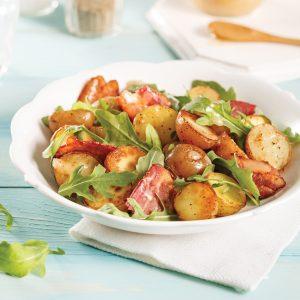 Salade tiède de pommes de terre grelots, bacon et roquette